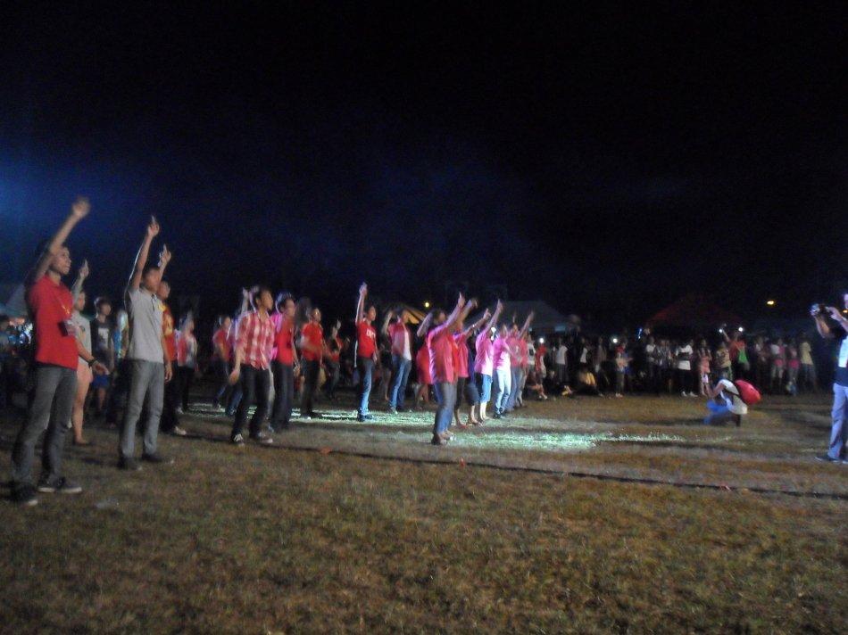 BANGON, BABAE, BANGON: Sabay-sabay na sumayaw ang mga nasa UPLB Feb Fair grounds para sa taunang One Billion Rising for Justice. Larawan: Guien Garma.